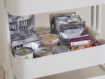キッチンワゴンの一段を食品収納の専用スペースに。 散らからないように小さなケースで仕分け。手前に背の低いものを持ってくると、全体が見渡せます。