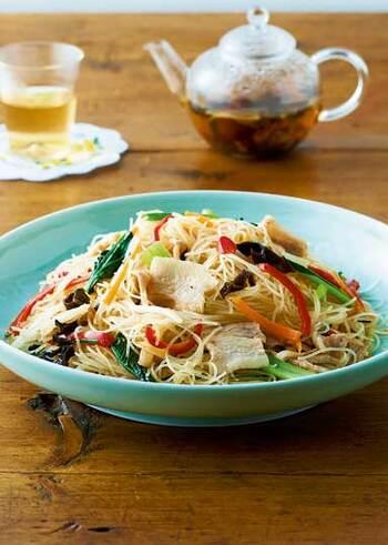 台湾料理は、お野菜がたっぷり使われているものが多いのも特徴のひとつ。こちらの「焼きビーフン」も、そんなレシピの一つです。彩りもよくささっと作れます。