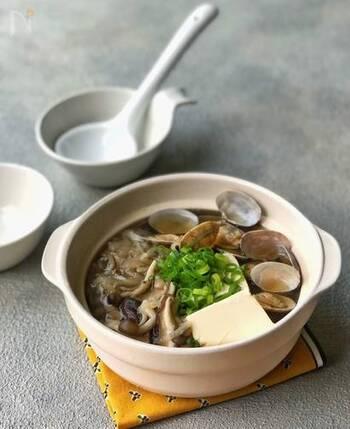 低カロリーなきのこをはじめ、低カロリーかつ高タンパクなあさりや豆腐、そしてカルシウムや鉄・食物繊維も豊富な切干大根をお鍋に。美肌・美ボディを目指したい方にうれしいあったかメニューです。