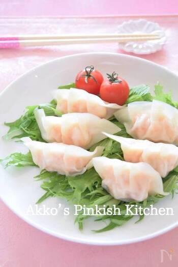 餃子も無性に食べたくなる料理のひとつですね。低カロリーにこだわるなら、やはり蒸し餃子か水餃子。こちらは、ぷりっと食感もよく、色も美しいエビの蒸し餃子です。しかも電子レンジで作れて簡単!