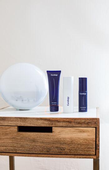 しっかり肌を保湿してくれるクリームがおすすめですが、べたつきが気になる方は、顔には鼻先や額の中心、頬骨やあご先など部分的に塗布したり、水分量が多いアイテムを使いましょう。乾燥に負けないよう寝室には加湿器を置くなどして湿度にも気を配りましょう。