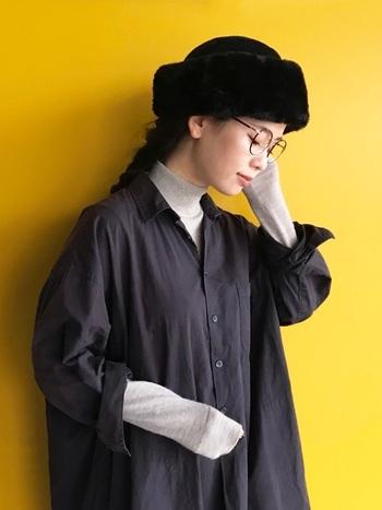 秋冬は寒くてワンピースの出番が少なめ…という方は、タートルやシャツ、長袖Tシャツなどのインナーをプラスして、暖かさとおしゃれ、両方を賢く手に入れちゃいましょう!