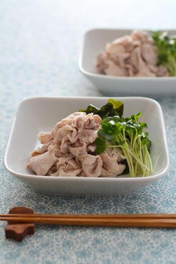 豚しゃぶは、余分な脂を落とせるのでカロリーダウンに効果的。白醤油をからませ、野菜やわかめなどの海藻とともに食べれば、栄養バランスもいいですね。