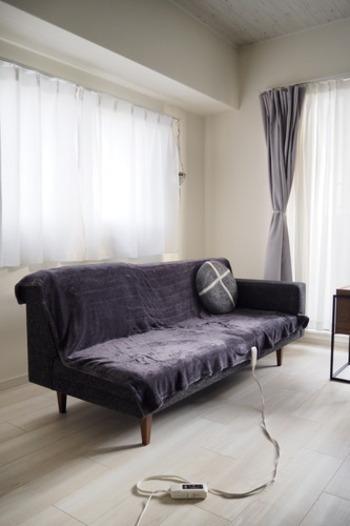 敷き毛布タイプは、布団の中に敷いて電源を入れておくことで、就寝時に暖かい布団に入ることができます。掛け毛布やひざ掛けは、寒いときに羽織って使います。