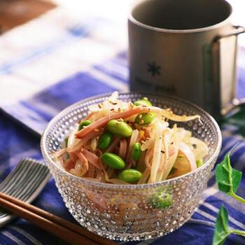 ダイエットはもちろん、お給料前にも大助かりの節約おかずサラダ。リーズナブルなもやしや冷凍枝豆などを使って、コクのある中華風の味にまとめます。