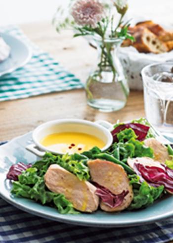 鶏胸肉を、人気のサラダチキン風に。パサつかず、しっとりとした食感になります。野菜を合わせ、まろやかなはちみつビネガードレッシングをかけて召し上がれ。
