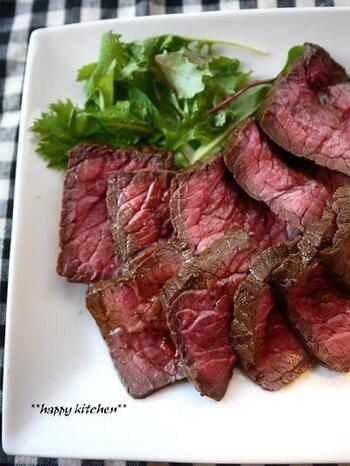 牛肉が食べたくなったら、赤身肉を使い、油もあまり使わないローストビーフはいかがでしょう?作り方は簡単なのに見た目は豪華で、大満足のディナーになります。