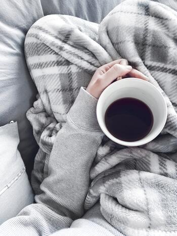 電気毛布は使い方によって危険な場合も。スイッチをつけたまま寝ると、暖まりすぎて体に悪い可能性があります。つけたまま寝るのは避けて、タイマーでスイッチが切れるようにしましょう。