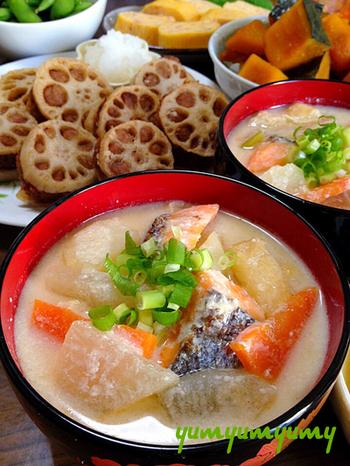 これからの季節にうれしい、あったか汁物。鮭のほか、野菜がたっぷりの具だくさん粕汁なら、メインのひとつにもなれる充実の1杯といえそうですね。