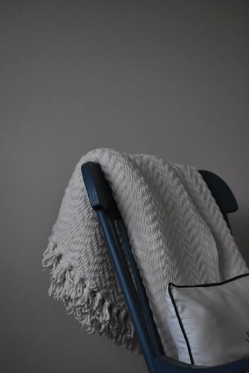 コードをぐるぐる巻きにして保存したり、寝汗による劣化から大体3~5年が寿命と言われています。 また、処分する際の電気毛布の捨て方は自治体によって異なるので、粗大ゴミや燃えないゴミとして捨てるのか、毛布部分のみ可燃ゴミで捨てられるのか、それぞれの自治体のルールに従うようにしてください。