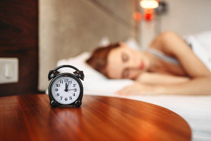 朝の太陽光には、網膜から入ることで体内時計を調整し、1日24時間として活動するよう身体のリズムを整える役割があります。起きる時間が毎朝バラバラだったり、夜更かしが続いて休日はお昼まで寝ているような不規則な生活は、体内時計を狂わせる大きな原因になるので要注意です。