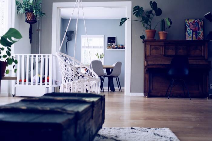 床の防音を考えるときに、まず知っておきたいのが音の種類。床の衝撃音は、大きく分けて「重量床衝撃音」と「軽量床衝撃音」があります。  「重量床衝撃音」は、は低く鈍い音のするお子さんの足音など、「軽量衝撃音」は食器やおもちゃを落としたときに響く軽く高音域の音のことを言います。