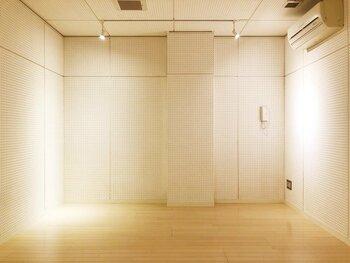 床以外でもできる防音対策は、壁。  大掛かりな工事ができない賃貸でも、防音パネルや吸音材を壁に取り付けることで暮らしの音が軽減できるよう。壁に傷をつけずに取り付けられるものがいいですね。