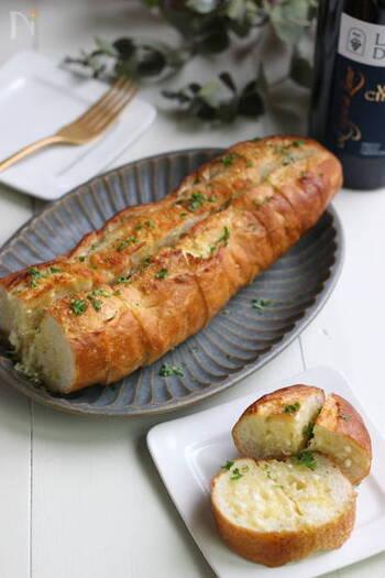 パーティーなどのおもてなしに。洋風おでんのお供におすすめのインパクトのあるガーリックトーストです。みんなでワイワイおでんを囲みながら、パンをちぎっていただきましょう♪