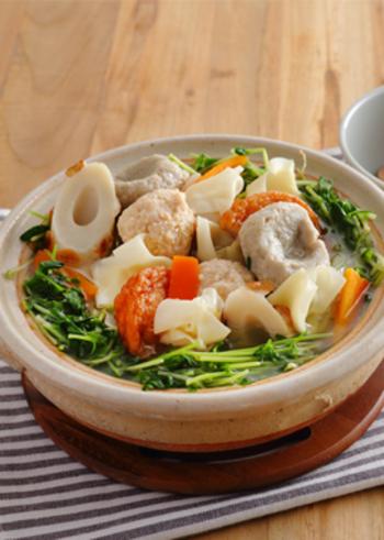 こちらは、ワンタンの入った中華風のおでんです。おでんのつゆに鶏がらスープの素を入れるのがポイント。煮上がった後に、ごま油を回しかけて仕上げます。つみれやちくわ、さつま揚げなど練り物も充実のラインナップ♪