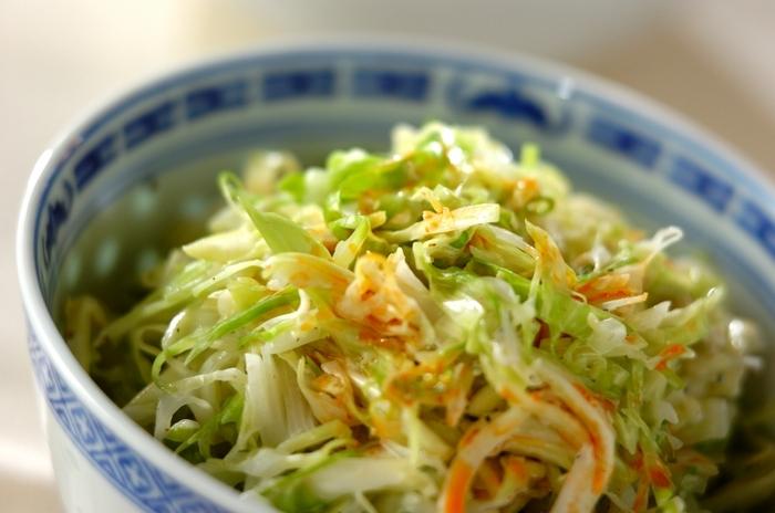 こちらは、中華のおかずに合わせやすいコールスローのレシピです。マヨネーズやごまが入っているので、中華風おでんが思ったよりあっさり、なんてときには添えてみてください。野菜はほかの物にアレンジしてもOK。こちらは仕上げにラー油をかけましょう。