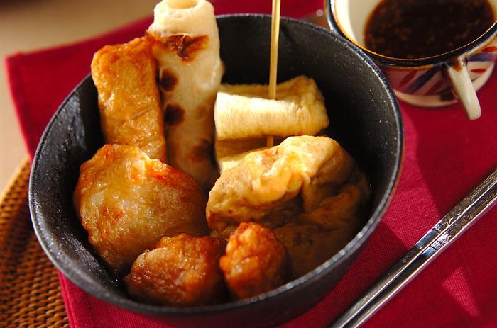 こちらは一風変わった韓国風おでんです。韓国でもオデンと呼ばれているのだそう。具材は油揚げと練り物だけで良いので簡単ですが、いつものおでんに入れる具材やトッポギをプラスしてもOKです。コチュジャンダレを付けてピリ辛風味でいただくおでんです♪