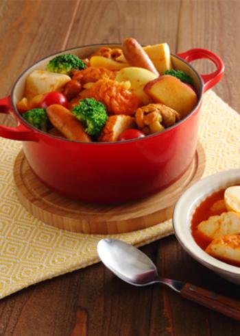 こちらはなんと、カレー風味のエスニックおでん!具材をスープカレーで煮込むのが特徴です。鶏手羽元、ウインナー、ゆで卵、さつまいも、練り物などボリューミー。ブロッコリーやプチトマトは最後に加えて温めるくらいでOKです。カレーの香りが食欲をそそりそう♪