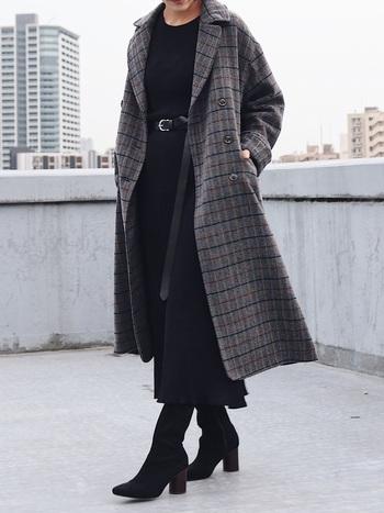 同じロングコートですが、チェックの大きさやカラー、合わせるアイテムが違うと全く違った印象に。こちらはコートを脱ぐとブラックのワントーンスタイル。無駄のないとことんクールな大人の女性コーデですね。