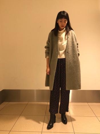 ノーカラーコートにアンクル丈のパンツを合わせたカッコいいのに女性らしいコーデ。艶のあるショートブーツが、コーデのメリハリ感と大人らしい品の良さを後押ししてくれます。