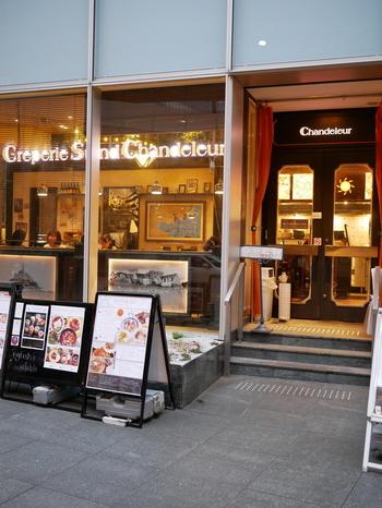 クレープスタンド・シャンデレールは、阪急大阪梅田駅から徒歩約5分程度の場所にある梅田ゲートタワービルの1階にある路面に面したレストランです。
