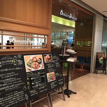 ブーニャブーニャは、大阪メトロ西梅田駅から徒歩5分程度の場所にあるブリーゼブリーゼ内にある洋食レストランです。