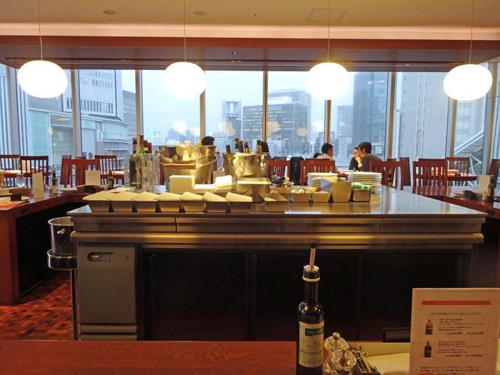 広々とした店内は解放感に溢れています。また、窓際の席からは、大阪市街地を一望することができるので、窓際席へ座ってみるのもおすすめですよ。