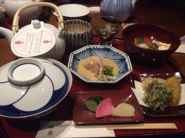 様々なランチメニューが用意されていますが、おすすめは鯛茶漬け御膳です。鯛胡麻和えがふんだんに盛られたもちろんのこと、付け合わせの天ぷらなどの一品も絶品です。