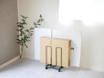 ポストに投函されたDM、荷物の梱包など、毎日のように増えていきます。必要ないモノは極力部屋に持ち込まないように、玄関で荷ほどきしてしまいましょう。 玄関に、要らないDMを入れるストッカーや、段ボール置き場を用意しておくと便利ですよ。