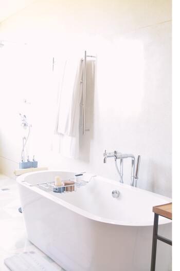 バスタイムも終わり、タオルで身体を拭こうかな…というところでストップ!お風呂上がりのボディは、たっぷり水分を保っている状態。できるだけ水分を逃がさないためにも、ボディケアはバスルームの中で行うのが◎
