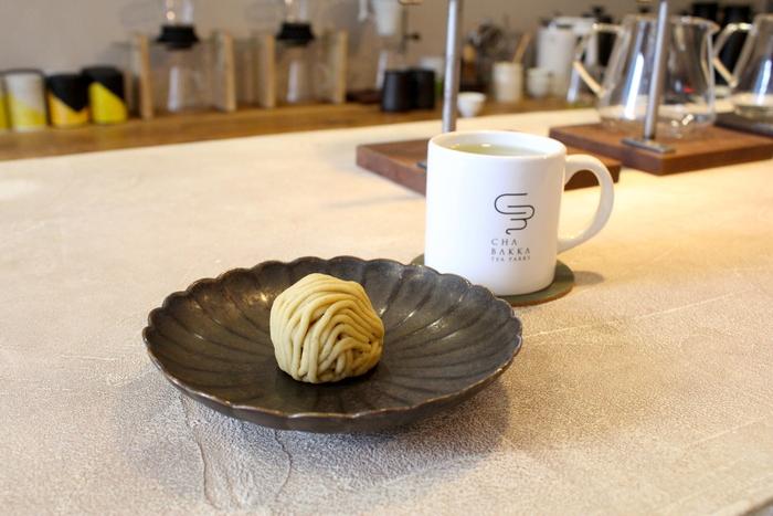また、フードの持ち込みがOKなので、鎌倉観光中に気に入ったフードを一緒に楽しむことができるんです。今回私が持ち込んだのは、鎌倉の豊島屋さんで買った栗の上生菓子。  この和菓子に合うお茶を伺うと、 「熊本の浅蒸し煎茶【さえあかり】がおすすめです」 と三浦さん。