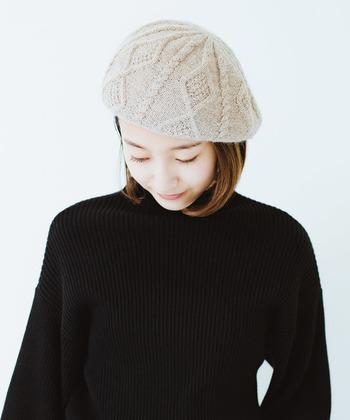 ケーブルニットのファッション小物は、取り入れるだけでほっこりと暖かそうな雰囲気をアピールできます。ぜひ冬ファッションにプラスして、季節感たっぷりなコーディネートを楽しんでみてくださいね♪