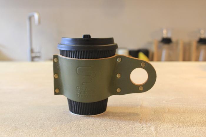 お茶だけでなく、オリジナルグッズにもこだわりがいっぱいです。例えばこちらの【CHABAKKA ORIGINAL leather sleeve】は、日本でも有数の岐阜レザーを使い、革作家さんに作ってもらっているそうです。