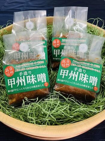 全国各地で色々な味噌がありますが、基本となる材料は「大豆」と「麹」「塩」となります。このうち主に「麹」の種類の違いと、色によって味噌の種類は分けられます。