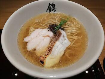こちらは「真鯛」で出汁をとり、炭火で炙った鯛の切り身と柔らかな鶏のチャーシューをのせた「塩らーめん」です。  細目の麺が沈む澄んだスープからは、くさみのまったくない、鯛の上質な旨味が味わえます。