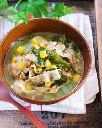 体が温まる素材の豚肉と味噌、バターの取り合わせがおいしい和洋折衷の野菜たっぷりのスープです。白菜をちぎれば包丁を使わなくてもできる、手軽さもうれしいレシピです。