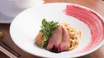 やわらかな鴨肉を添えたまるでイタリアンかフレンチのようなこのひと皿、パスタかと思いきや、実は「つけ麺」です。  こちらは「鴨つけ麺ベリーソース」。 もちもちとした食感の麺にはライ麦が練り込まれているそう。