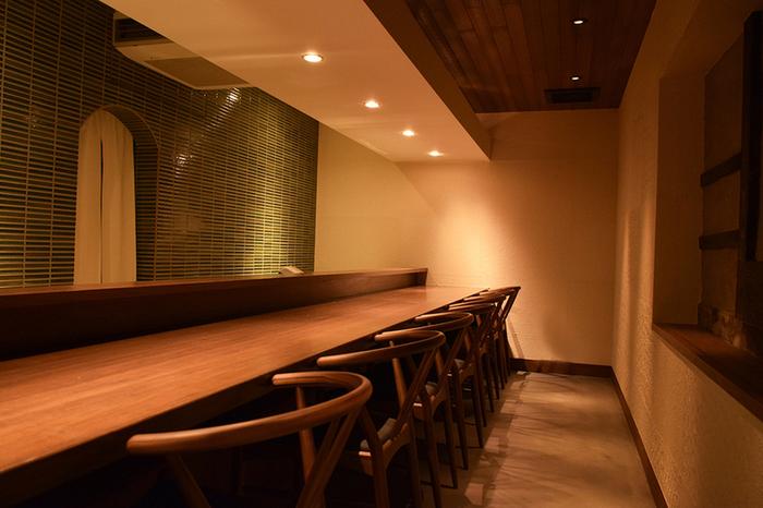 店内は和モダンの落ち着いた雰囲気です。こちらはカウンター席のほかテーブル席も。