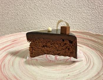 ショーケースには10種類ほどのケーキが並んでいて、生クリームやフルーツを使ったものなどがずらり。中でもおすすめなのが、チョコレートを使ったケーキ。こちらは、濃厚なおいしさのザッハトルテです。