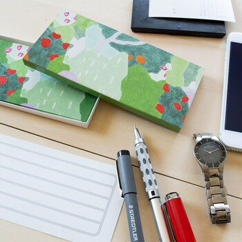 花々と木々、森の美しい風景を水彩画で表現した一筆箋。甘すぎず、柔らかな色合いが素敵です。縦横どちらでも書くことができ、使わないときは同柄の箱に入れておくことができます。