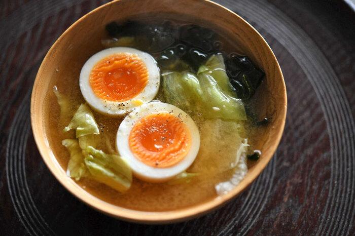 レタスとゆで卵、「こんな物もお味噌汁になるの?」と驚くような組み合わせもおいしくまとめてくれるのがお味噌の力です。一人分をお鍋で煮るのは大変…という時は、手軽にお椀で作れるレシピをどうぞ。