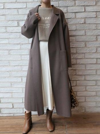 白いプリーツスカートにアースカラーのトップスとコートを合わせて。そんなナチュラルな雰囲気が素敵なコーデの引き締め役はショートブーツ。深すぎないブラウンのカラーと素材感が、コーデのほっこり感をやわらげつつ綺麗めな印象へと導いています。
