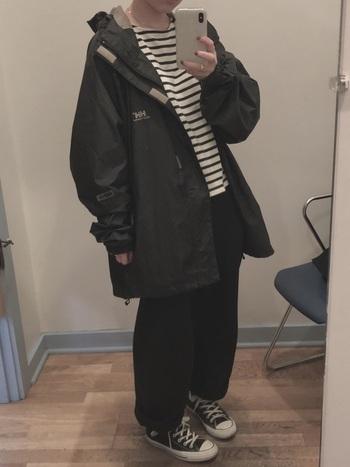 ナイロンジャケットはビックサイズをあえて選んで、ゆったりと着こなして。INのボーダーがよく似合います。寒い日は厚手のニットもしっかり着こめるので、防寒面も◎。