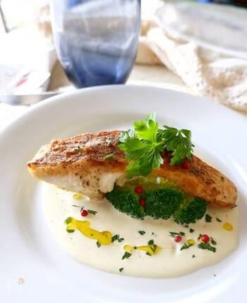 外はパリッと中はふわっと仕上げた鯛をアチェトクリームソースでいただく上品なメイン。鯛は油をかけながら焼くと美味しく焼き上がります。ソースは白ワインビネガーを使うと、レストランのような本格的な味わいに。イタリアンパセリとピンクペッパーをトッピングして、華やかに仕上げましょう。