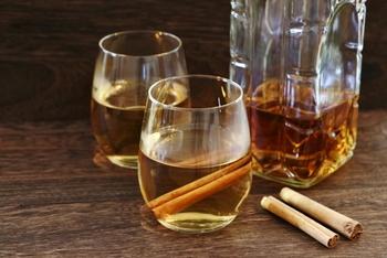 お湯で割って飲む「ホットウイスキー」もおいしいですよ。3~4倍に薄めても、ウイスキーの味や香りがなくならないので、お酒を飲み慣れていない人にもおすすめの飲み方です。レモンなど柑橘類を加えると、おいしさアップ!寒い季節にぴったりですね。