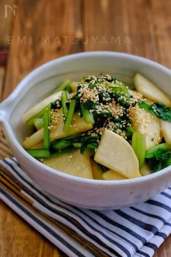 小松菜と大根を組み合わせた即席漬けのレシピです。ポリ袋に材料を入れて待つだけなので簡単!コリコリ&シャキシャキ、歯ごたえが楽しい箸休めにうってつけ!