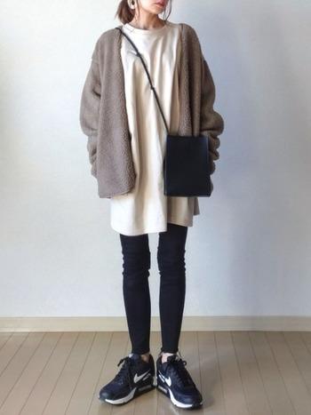 ロングTシャツ×黒のスキニーパンツのシンプルコーデに、ボアジャケットでウォーム感をプラス。レイヤードの丈感が絶妙です。