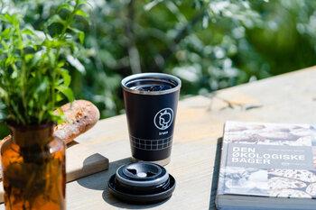 カフェやコンビニでホットドリンクを買うと、使い捨てカップを使用することになりますよね。毎日、世界中で何百万個もの使い捨てのコーヒーカップが捨てられていると言われています。エコ活動の一環として、環境・地球に優しい人になりませんか?
