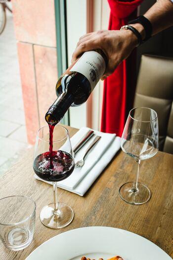 ワインオープナーというと、レストランでソムリエさんが持っているようなものを思い浮かべる方は多いのではないでしょうか?  実は、近年発売されているワインオープナーの種類はとても豊富です。昔はテクニックが必要なものばかりでしたが、現在では誰でも簡単にコルクが抜けるよう工夫されているワインオープナーもたくさんあるんですよ。