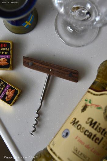 T字の「スクリュー式ワインオープナー」は、持ち手の素材がプラスチックから木材とさまざまで、お値段の幅もとても広いのが特徴です。  使い方はシンプルで、スクリューの部分をコルクに回し入れ、ゆっくりとを引き抜くだけ。  言葉で説明すると簡単そうですが、実はスクリューをコルクに真っ直ぐ差し込むのはなかなか難しく、初心者さんには不向きです。